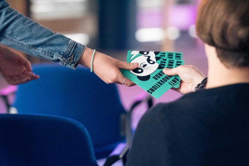 Die Zuhörer durften bei dem interaktiven Vortrag mit den ausgeteilten Karten mitwirken.