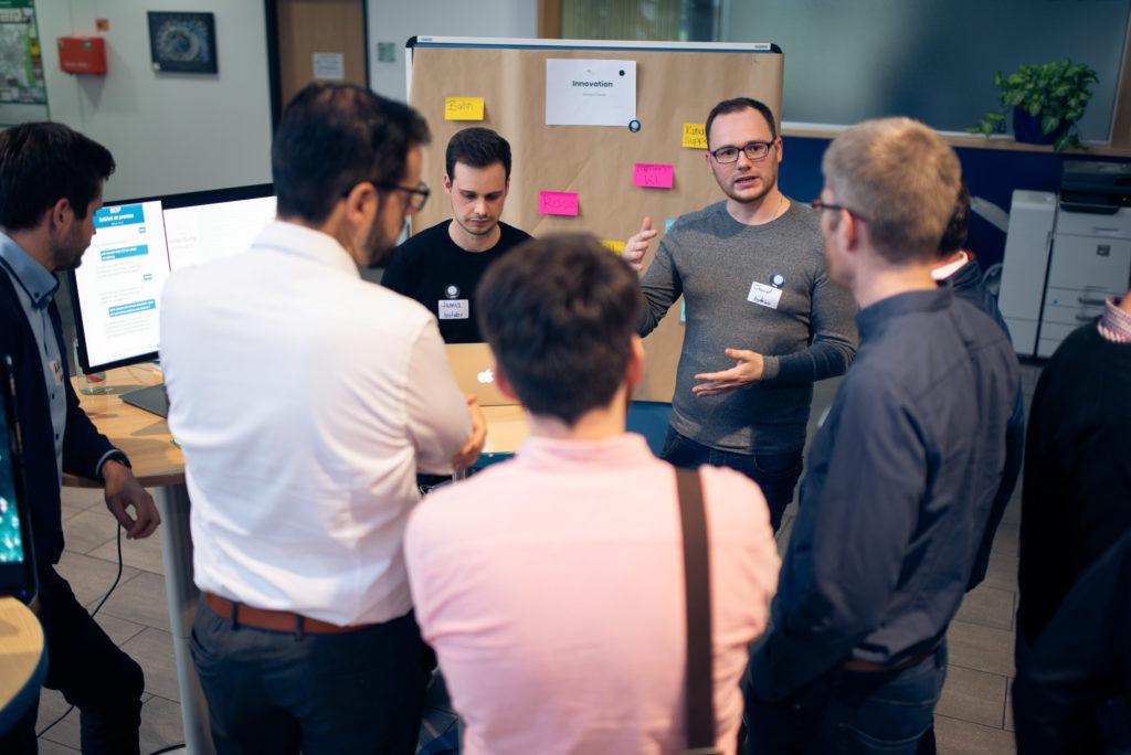 Daniel und Jannes erklärten auf der Future&Beer nicht nur was ein Chatbot ist, sondern auch, wie wir im Bereich Innovation damit arbeiten.