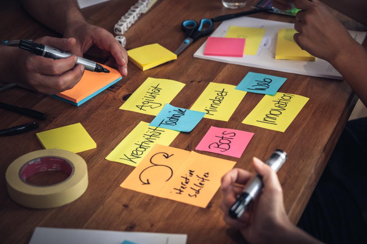 Post-its für Ideen, zur Sammlung und Ordnung von Gedanken u.v.m sind sehr hilfreich.