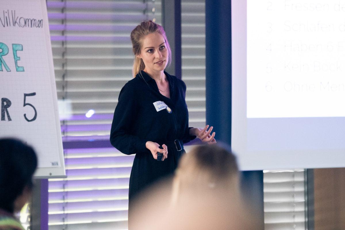 Julia während ihres Vortrages bei der Future&Beer 5.