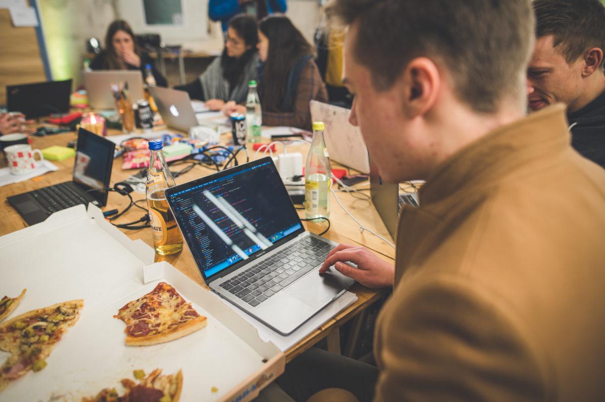 Beim Hackathon wird programmiert, dabei darf Pizza nicht fehlen